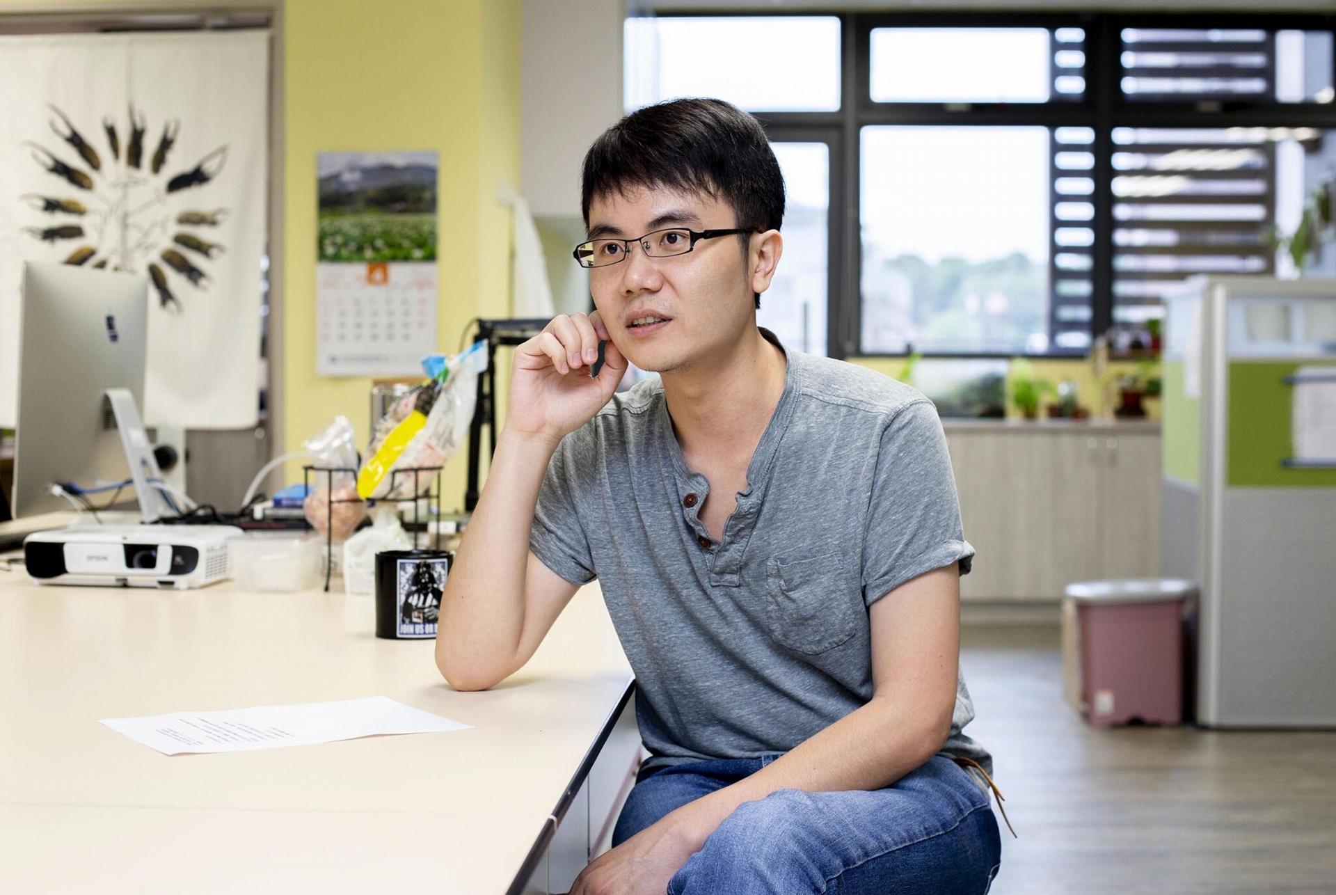 回到臺灣後,黃仁磐除了鑽研多年的地衣、甲蟲以外,也嘗試新的方向,開始利用族群遺傳學來量化評估保育政策。 圖│研之有物