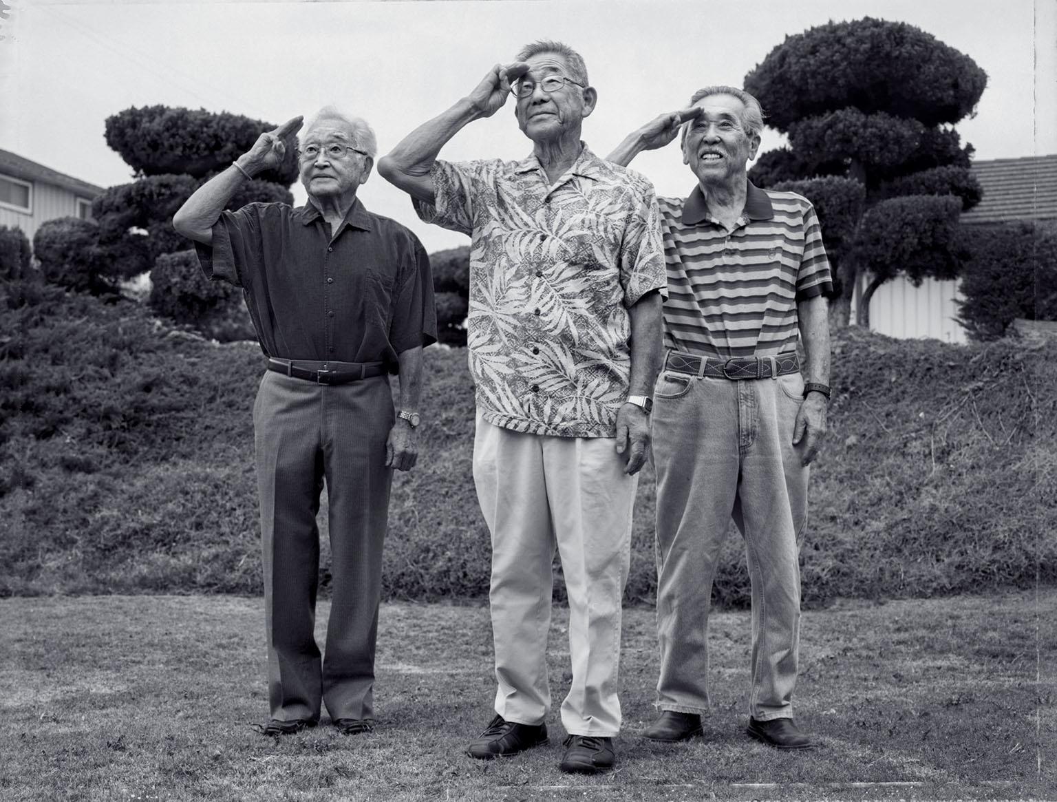 攝影師保羅.北垣二世在2013年找到這三個人,並請他們在70年後以同樣的姿勢留影,地點在加東位於加州蒙特里公園市的自宅外。攝影:保羅.北垣二世 PAUL KITAGAKI, JR.