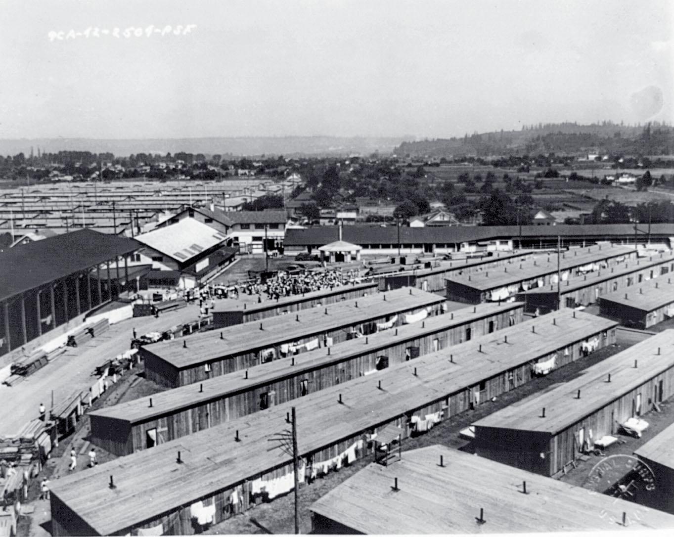 日本攻擊珍珠港後,富蘭克林.D.羅斯福總統的第9066號行政命令迫使超過12萬日裔民眾在拘留營中生活了好幾年。上圖顯示建築工人在興造普雅路普集合中心。政府委婉地將這座位於華盛頓州的拘留設施稱為「和諧營」。LIBRARY OF CONGRESS