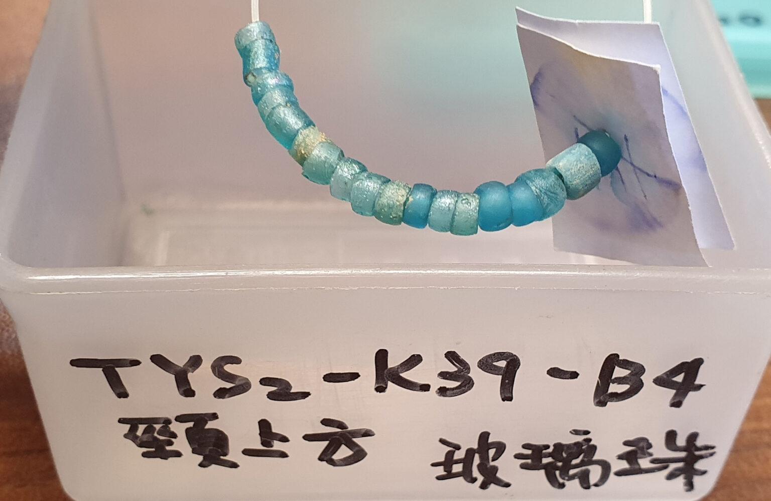 臺南道爺南遺址的玻璃珠,可串聯掛在頸部,做為陪葬品使用。 圖│研之有物