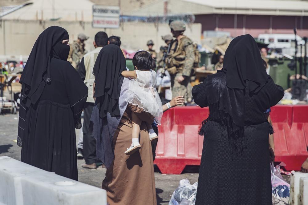 撤離阿富汗民眾。照片來源:Jack Holt/美國海軍陸戰隊