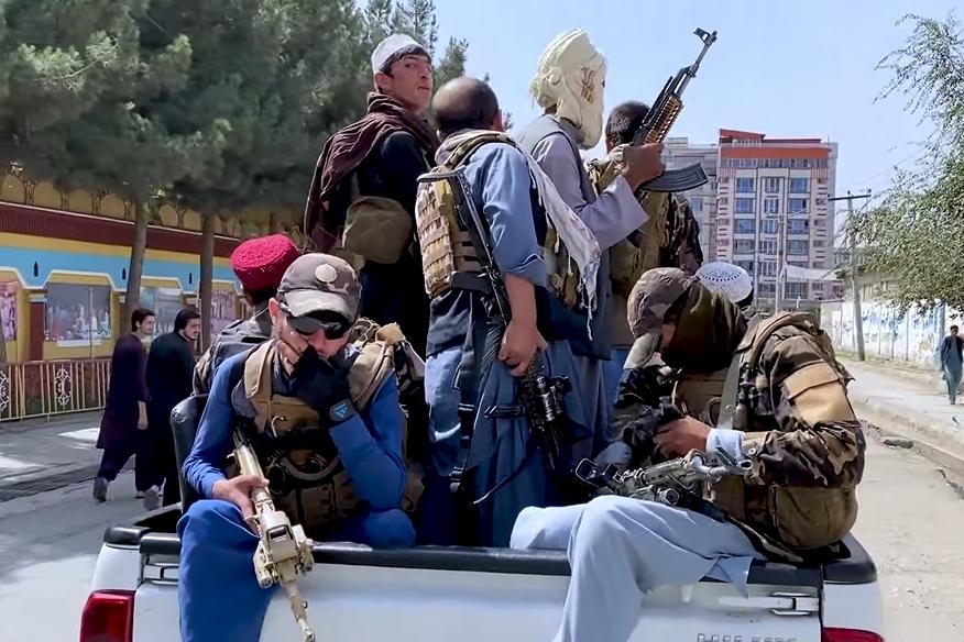 出現在喀布爾的塔利班戰士。照片來源:維基百科/VOA