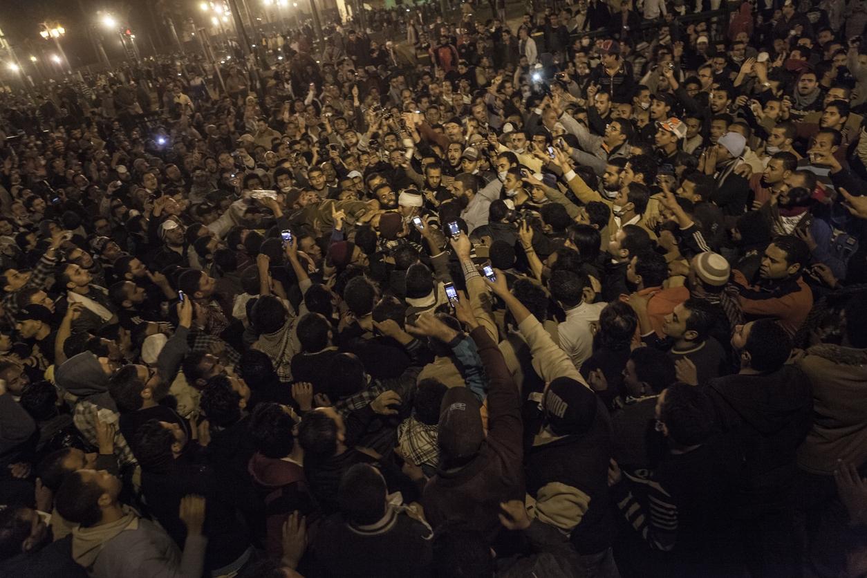 2010 年底突尼西亞爆發茉莉花革命,甫崛起的行動網路與社群媒體成為助力,民眾透過手機迅速串連,分享圖片、資訊,掀起北非與中東地區一連串的民主抗爭運動,多國獨裁政權垮臺,被稱為「阿拉伯之春」。圖為 2011 年埃及街頭抗議民眾。 圖│iStock