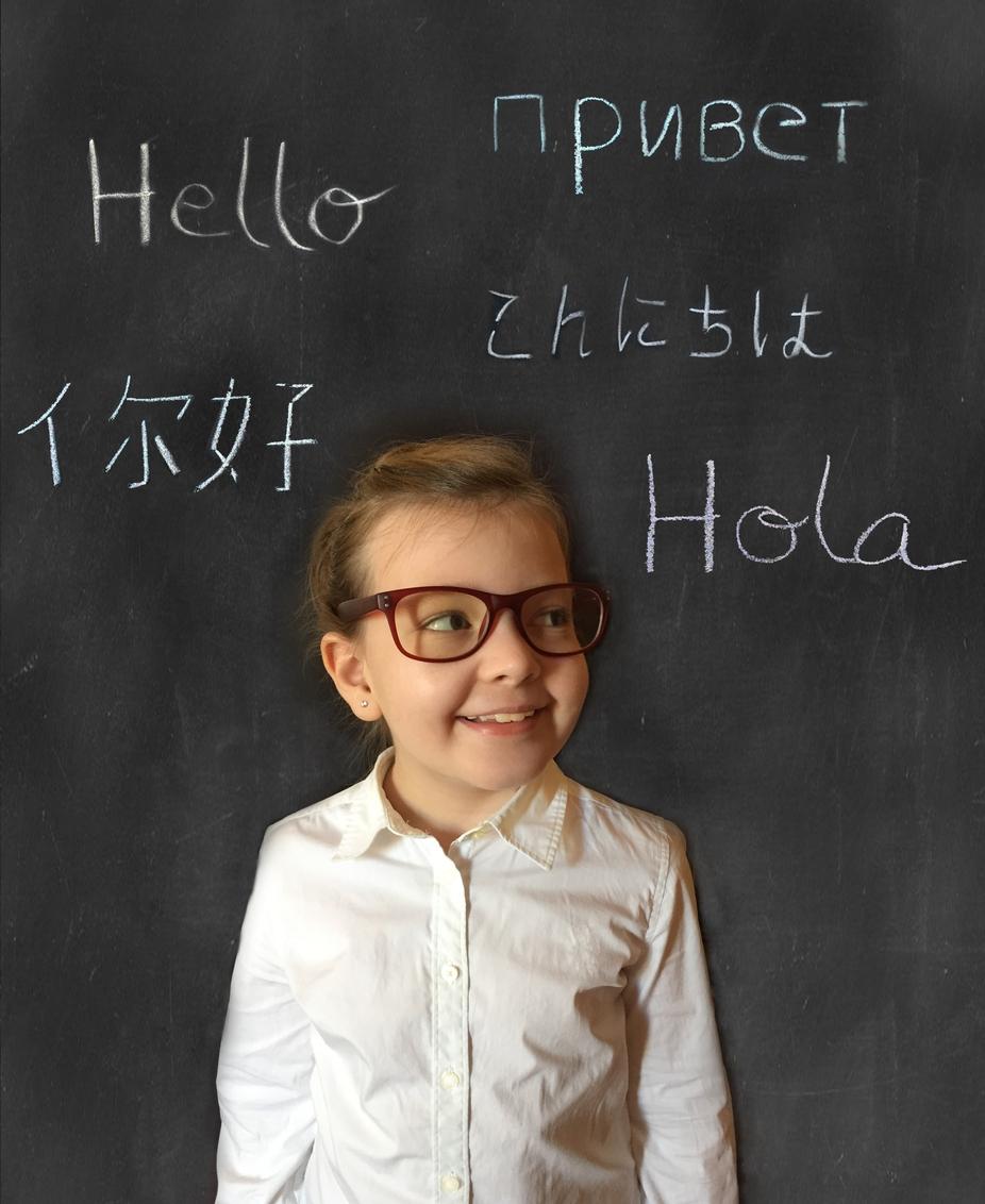 要不要讓孩子從小學習雙語,甚至多語?是許多父母糾結的難題。從大腦可塑性的角度,可以讓孩子自然地在口語環境中接觸多元語言,維持大腦對語言的敏感度,但不需要刻意從書寫、閱讀開始學習。 圖│iStock
