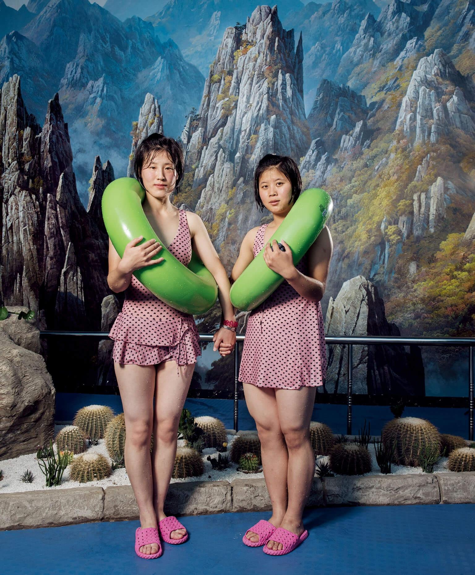 一間食品工廠頂樓提供各種娛樂,工人可以在這裡游泳、打籃球,或泡三溫暖放鬆一下。游泳池內展示著工廠因為提供食物給北韓運動員而獲頒的獎盃。
