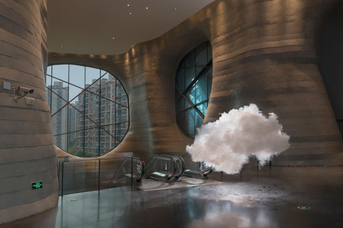 看這位藝術家如何在不可能的地方喚出雲和彩虹