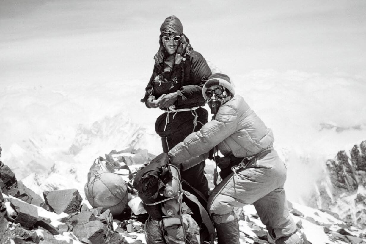 20世紀兩大最具歷史意義的探險壯舉包括:艾德蒙.希拉里與丹增.諾蓋(上,由左至右)首次攻頂聖母峰(照片中他們正在攀爬),以及羅伯特.皮里發現北極點,他率領的極地探險隊在北極點附近拍下了下方的這張照片。照片中可見這支團隊插放的數面旗幟的其中一面,團隊成員包括因紐特人奧加、烏塔、埃辛沃和席格魯,以及皮里的美國同伴馬修.亨森。