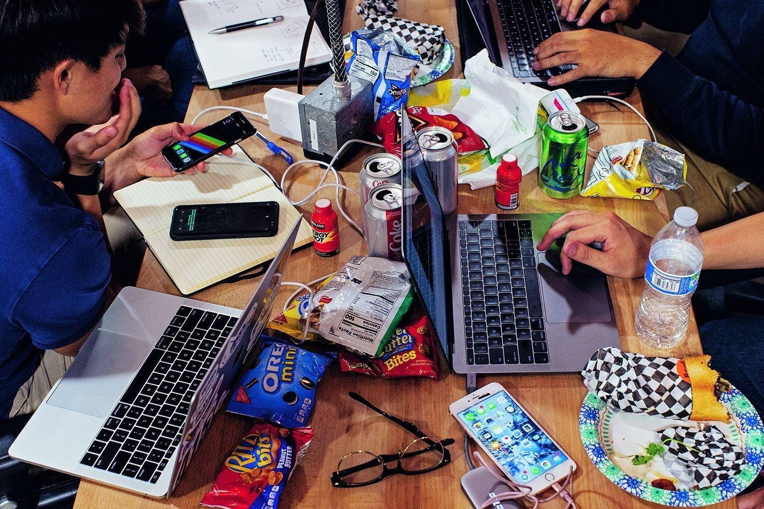 來自新加坡南洋理工大學的學生在聖克拉拉舉行的一場黑客松中靠著零食、能量飲料和健怡汽水提神,設計一款攝影用的擴增實境應用程式。攝影: 勞拉.莫頓ᅠLAURA MORTON