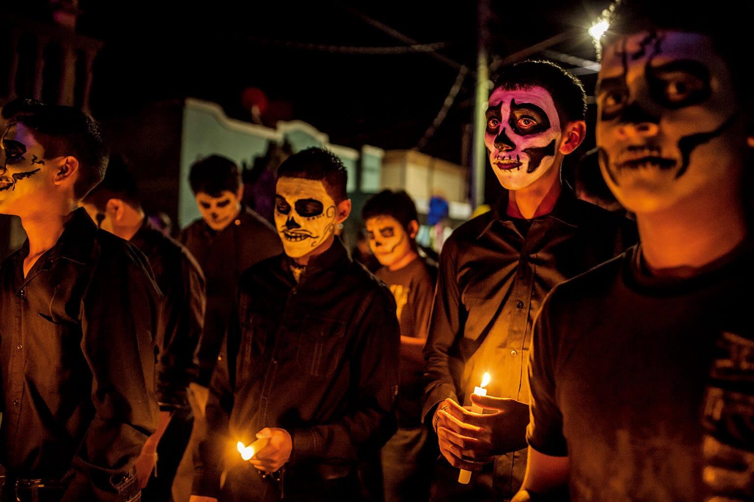 2011年,塞塔斯販毒集團為了報復被他們認定為告密者的成員,在阿延第和鄰近城鎮大開殺戒,殺了至少60人。在這個嚴重受創的的社區,每逢墨西哥緬懷祖先的亡靈節時就感覺格外地辛酸。 攝影:柯爾斯登.魯斯 Kirsten Luce
