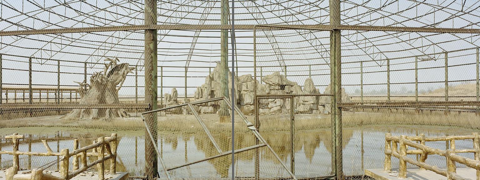 東營市接近黃河出海口的一處自然保護區裡,一座空蕩蕩的鳥舍靜靜佇立。這個地區對於沿著東亞-澳大拉西亞遷飛路線移動的候鳥來說是非常重要的補給站,但是這裡的生態已經受到了開發活動破壞,包括附近的一座油田。 攝影:鄭永仁 IAN TEH