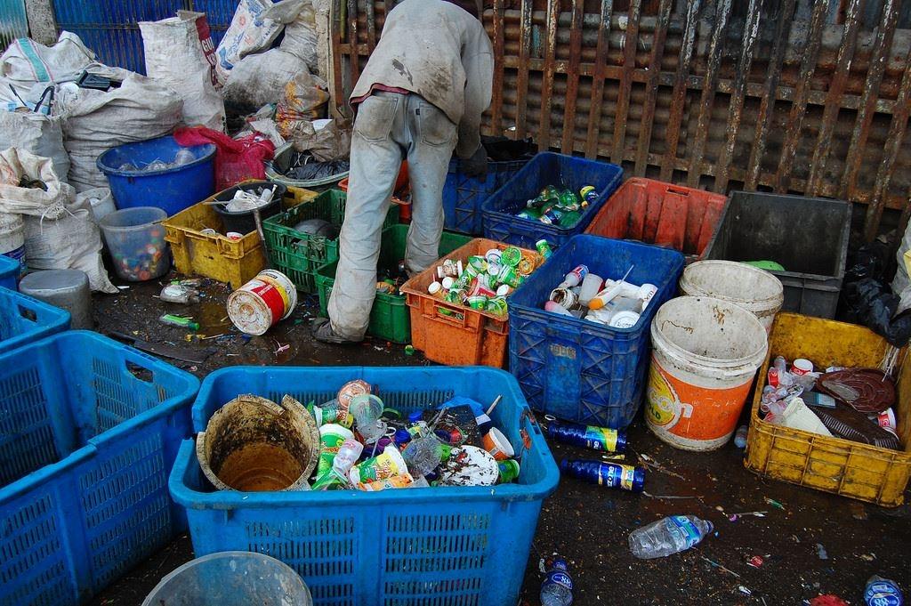為什麼這些塑膠垃圾上了回收車,最後卻進焚化爐?