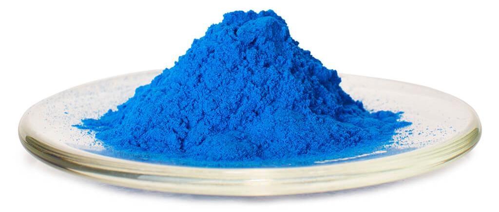 這是埃及藍的粉末。這種顏料以銅、石英砂、石灰和鹼性物質如泡鹼(在乾枯湖床發現的一種鹼)混合後加熱製成。PHOTO: ERIC LUBRICK, INDIANAPOLIS MUSEUM OF ART.