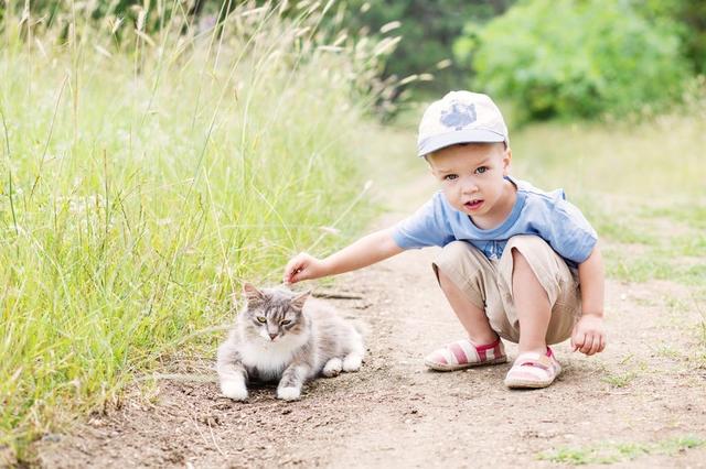 對孩子來說,蹲著玩是很自然的事。圖片來源:123rf.com.cn正版圖片庫