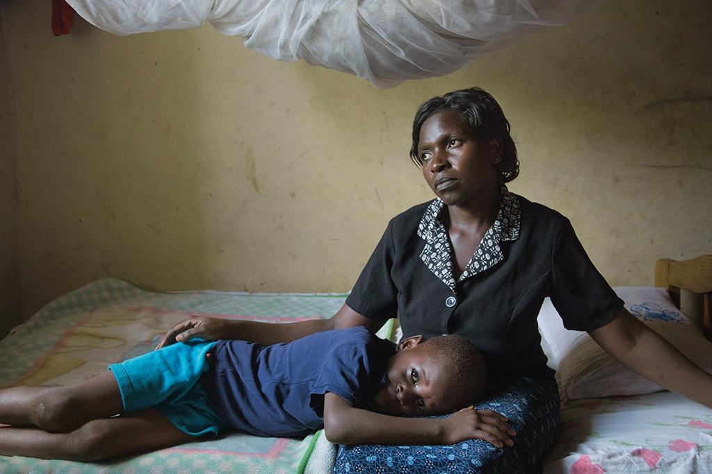 烏干達 克莉絲提娜.納馬托夫和兒子安德魯是彼此的慰藉,納馬托夫的夫家在她的丈夫過世後,試圖奪走這棟房子。在這個地區,將寡婦逐出她們的房產是常見的現象;納馬托夫在律師協助下保住房子。攝影: 艾米.滕辛 Amy Toensing