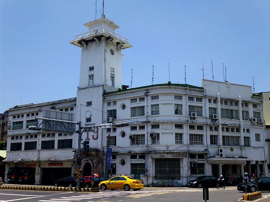 原臺南合同廳舍,高塔是消防瞭望臺。 圖片來源│勤岸(維基百科 CC BY-SA 3.0)