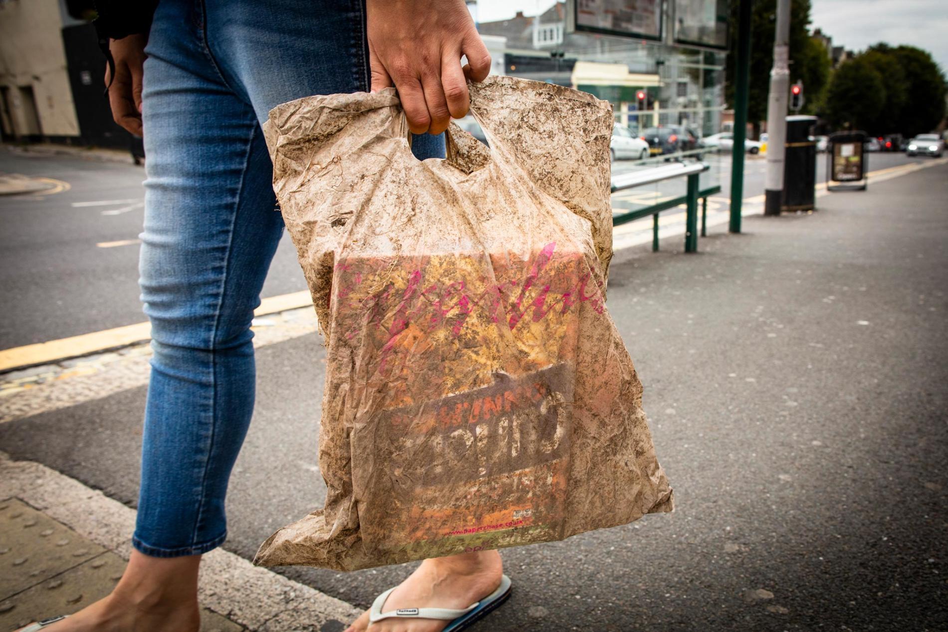 一個在土中埋了三年的塑膠購物袋還是能裝一堆食品雜貨。PHOTOGRAPH BY LLOYD RUSSELL, UNIVERSITY OF PLYMOUTH