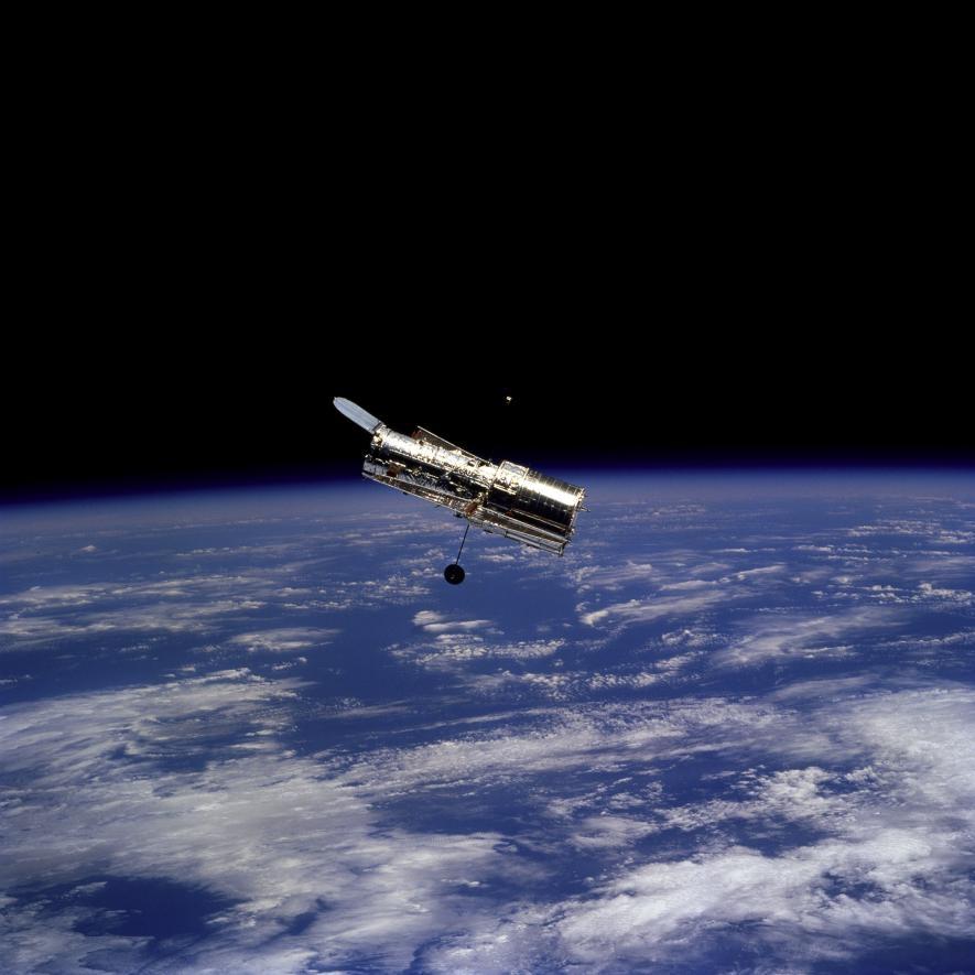 1997年2月,發現號太空梭上的太空人在與軌道上的望遠鏡分開後,拍攝了這張哈伯太空望遠鏡的照片。PHOTOGRAPH BY NASA