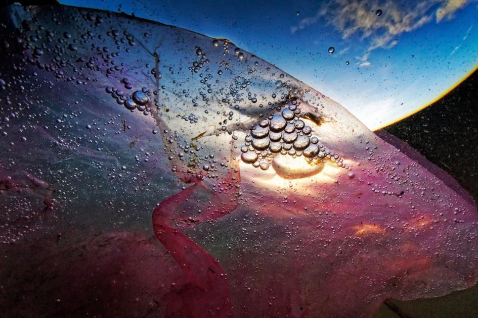 在菲律賓馬尼拉灣漂浮的一個塑膠袋。PHOTOGRAPH BY RANDY OLSON, NATIONAL GEOGRAPHIC