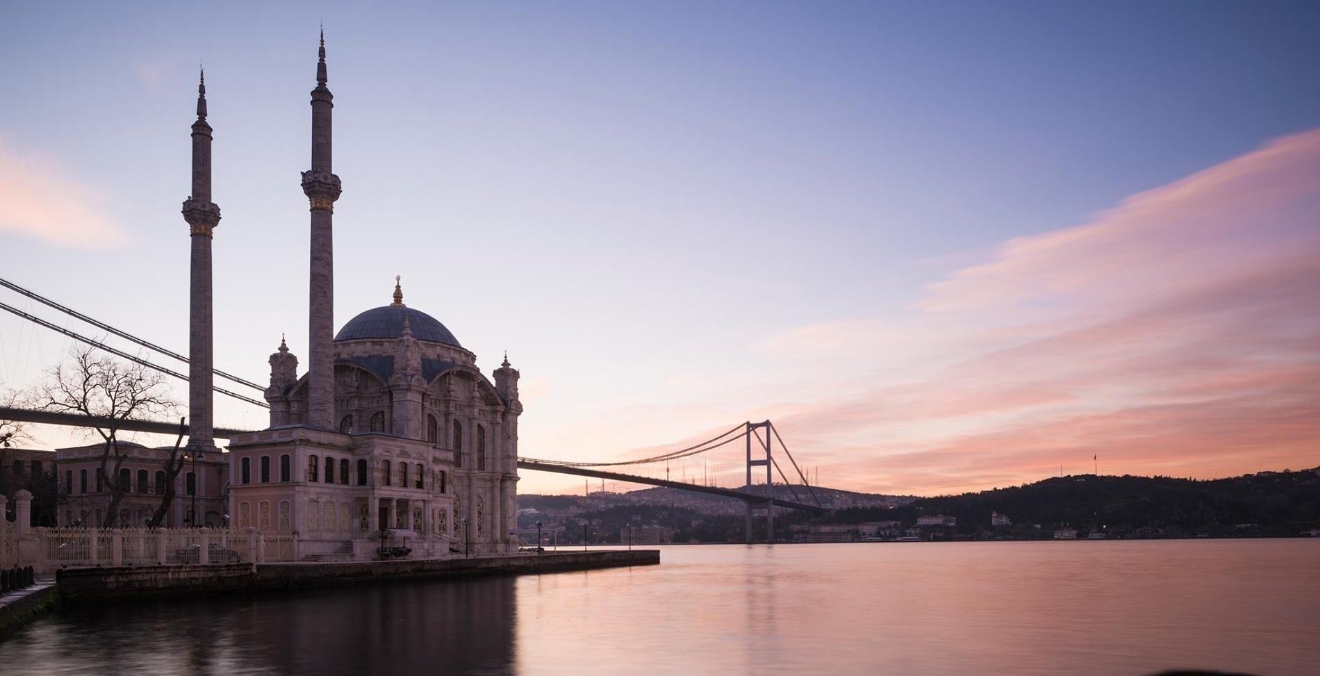 黎明為土耳其伊斯坦堡的奧塔科伊清真寺灑上玫瑰色的光輝。附近馬摩拉海裡的鑽孔,揭露了土耳其地底最新的緩慢滑移事件。PHOTOGRAPH BY ROBERT HARDING PICTURE LIBRARY