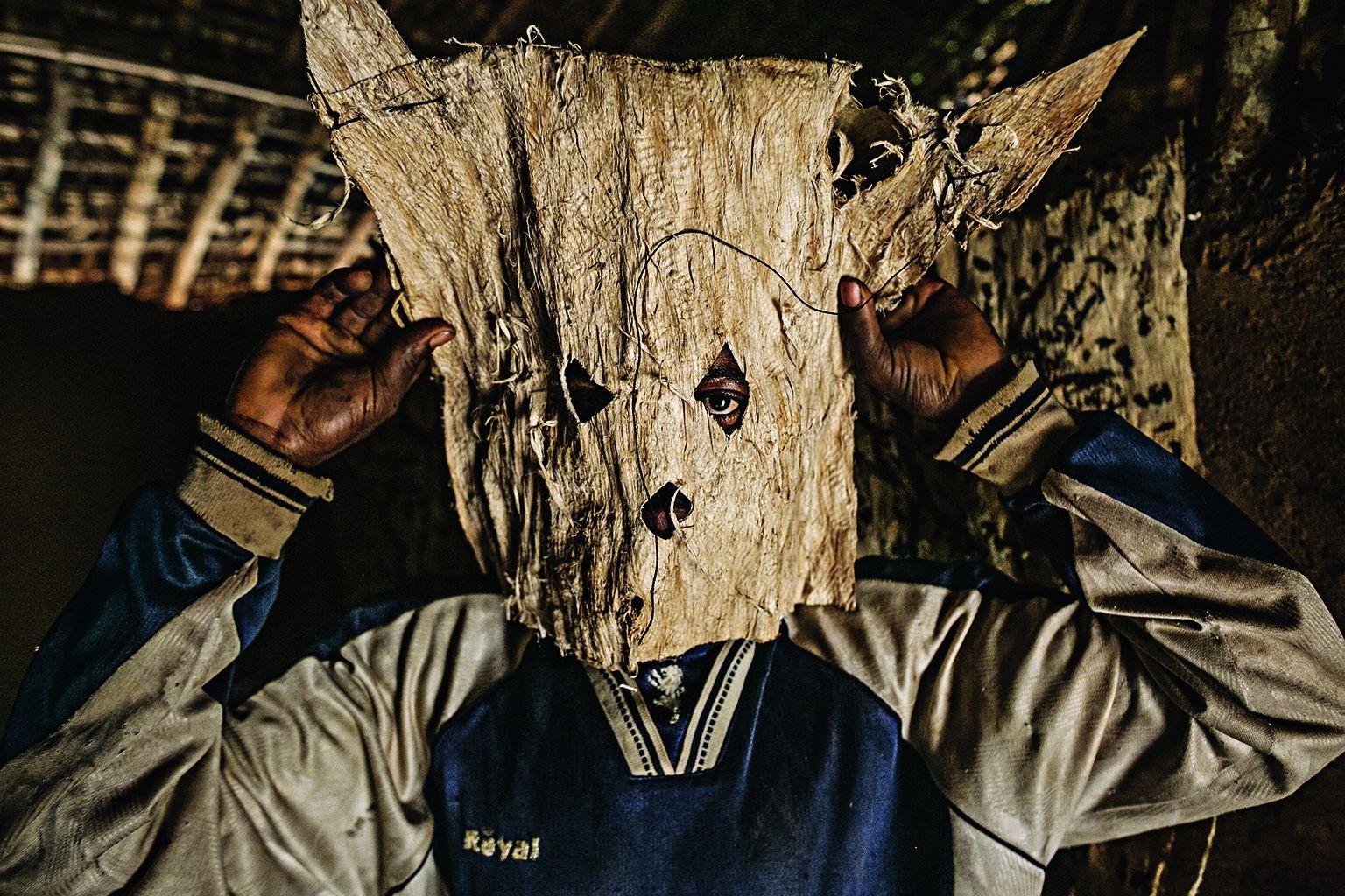 危險獵物。剛果民主共和國一座小村落的獵人調整他追蹤獵物時所要戴的面具。食用受感染的野生動物是伊波拉病毒傳給人類的途徑之一。攝影:彼特.穆勒 Pete Muller