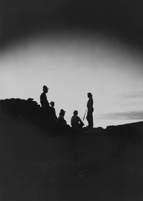 一群尊尼人從普韋布洛波尼望向夕陽。PHOTOGRAPH BY NEIL M. JUDD, NAT GEO IMAGE COLLECTION