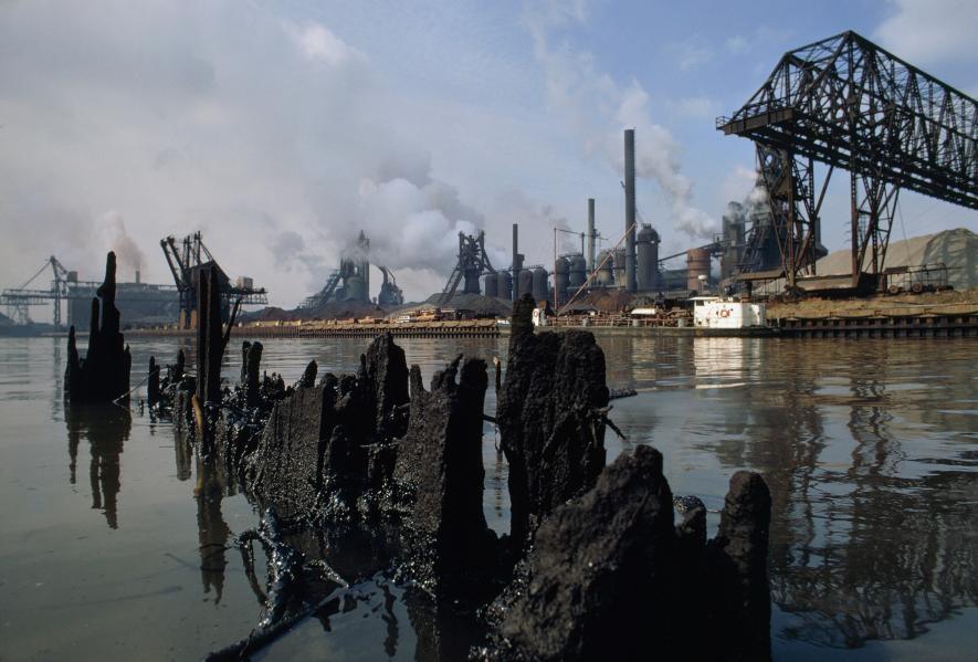 蓋雅荷加河沿岸的工廠曾經往河裡傾倒大量廢棄物,從這張1980年代的照片可以看到大火燒過的廢墟和工廠還繼續存在。PHOTOGRAPH BY JAMES P. BLAIR, NAT GEO IMAGE COLLECTION