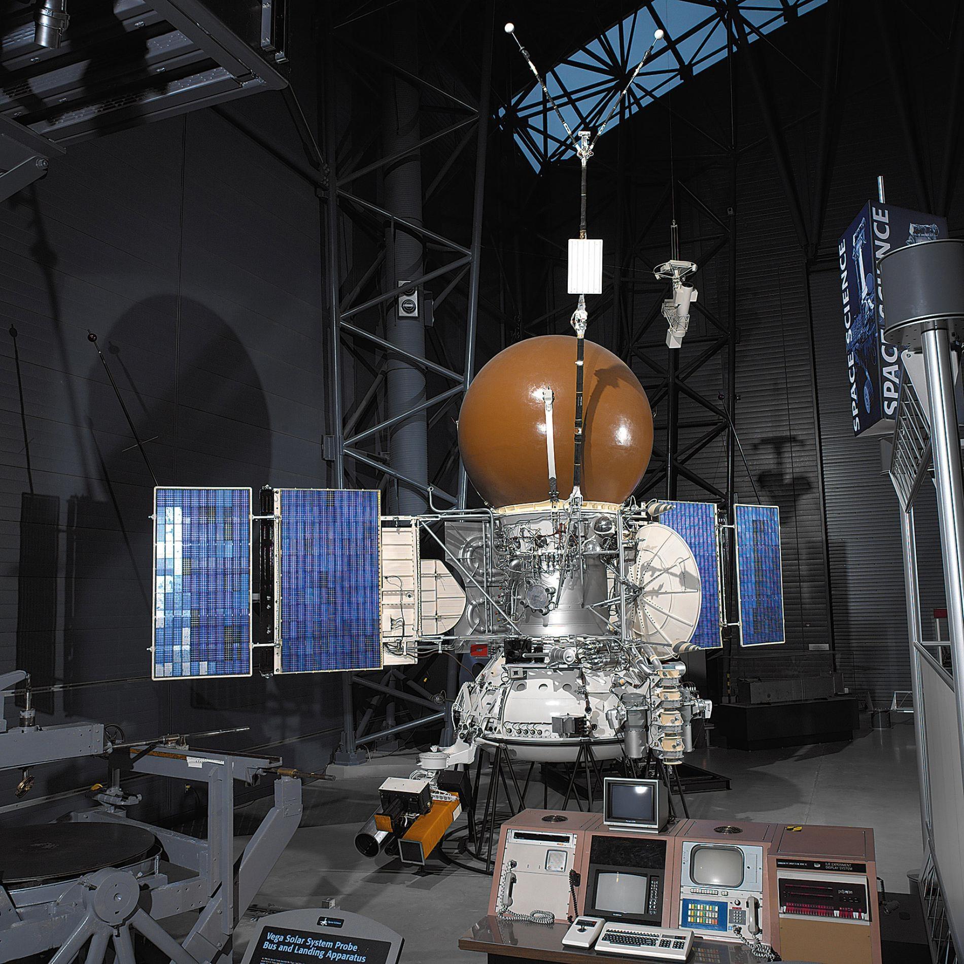 維加號登陸器的太空船主體和登陸裝置的工程模型,位於維吉尼亞州的史蒂文史蒂文.烏德沃爾哈齊中心(Steven F. Udvar-Hazy Center)。該中心是美國史密森尼國家航空太空博物館(Smithsonian's National Air and Space Museum)的一部分。PHOTOGRAPH COURTESY OF SMITHSONIAN'S NATIONAL AIR AND SPACE MUSEUM