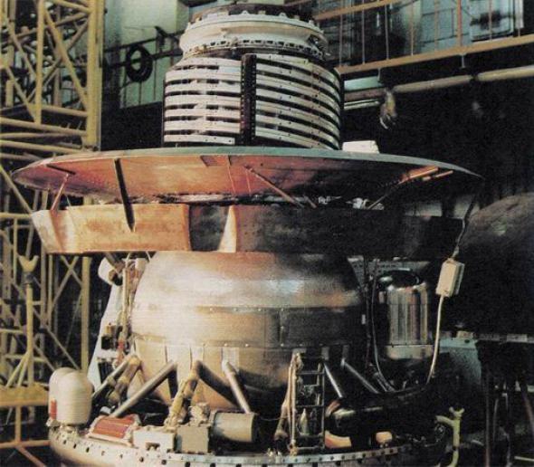 此圖和上圖為維加1號和2號的登陸艇,其設計是源自金星號的概念。金星號是蘇聯的探測器,送回了第一批──也是絕無僅有的一批──金星表面照片。PHOTOGRAPH BY NASA