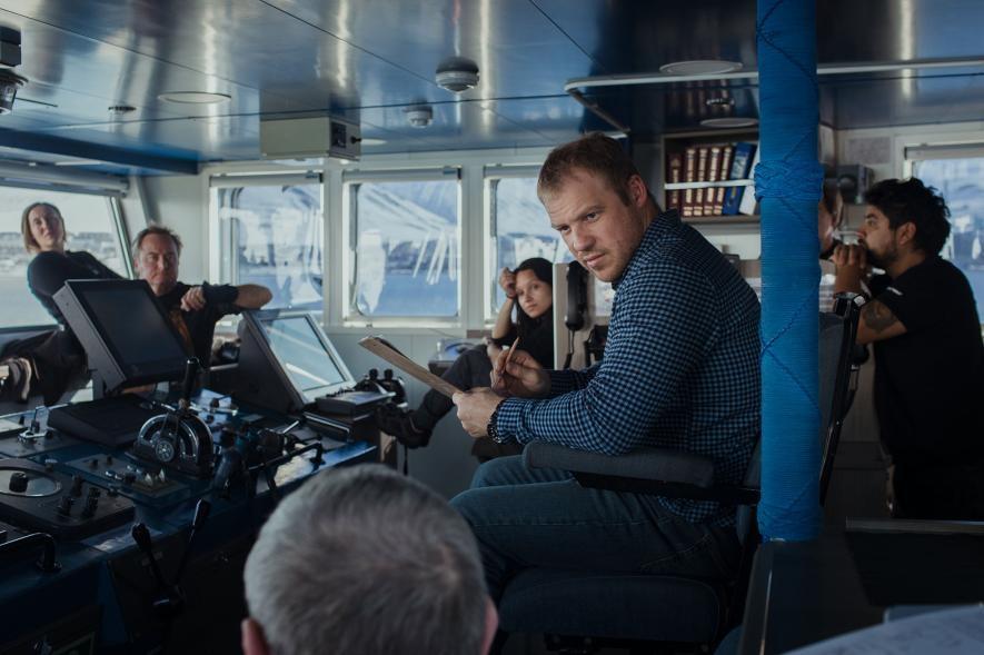 船長謝爾蓋.傑米多夫(Sergiy Demydov)與極地曙光號的船員正在開會。PHOTOGRAPH BY DENIS SINYAKOV, GREENPEACE