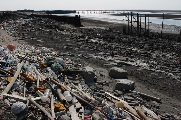 臺灣海岸常見漁業、工業和生活廢棄物。圖為雲林麥寮的六輕北側。攝影:黃靖軒