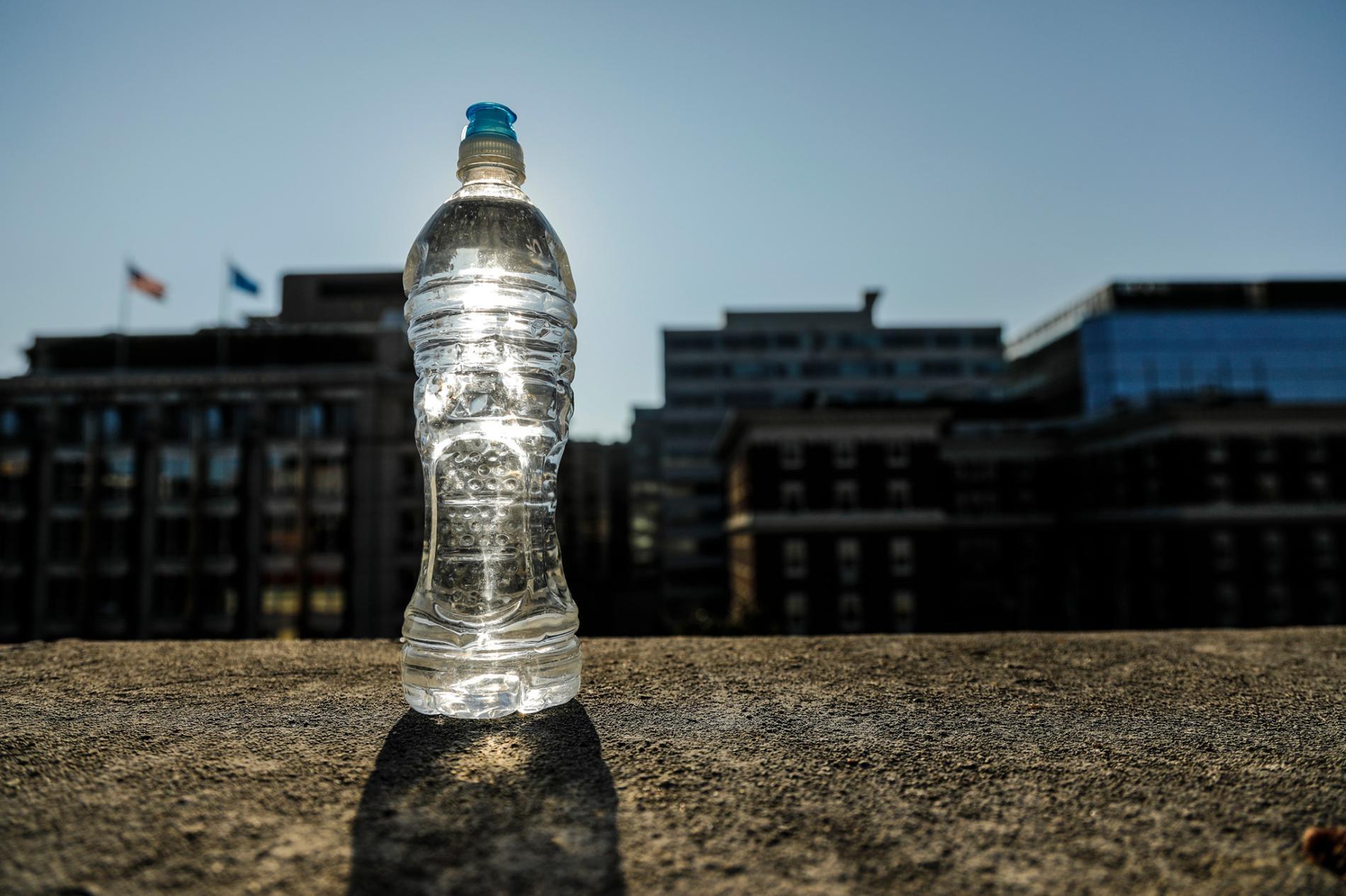 喝一瓶留在烈日下的瓶裝水傷不了你,但專家指出,消費者應避免長期接觸留置在高溫下的塑膠容器。PHOTO ILLUSTRATION BY MARK THIESSEN, NATIONAL GEOGRAPHIC
