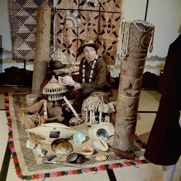 岩佐嘉親與文物合照。圖片來源│國立臺灣史前文化博物館
