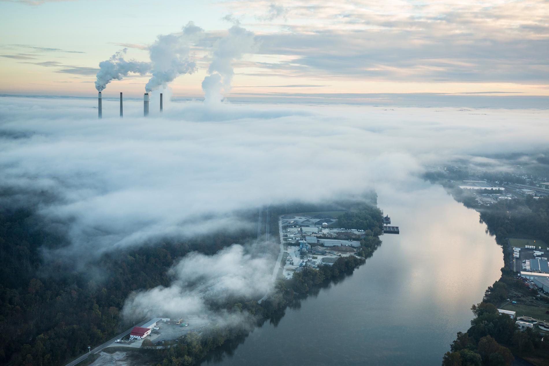 蒸氣和煙霧從電廠的冷卻塔和煙囪內升起。人工智慧現在被用來證明燃燒碳基燃料的電廠無利可圖。PHOTOGRAPH BY ROBB KENDRICK, NAT GEO IMAGE COLLECTION
