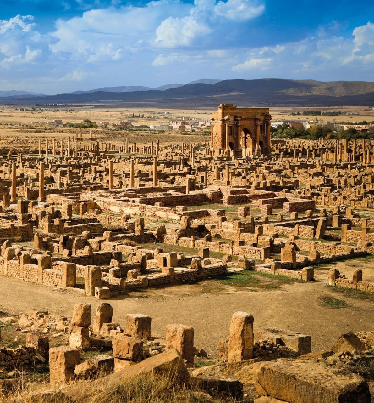 以羅馬皇帝為名的圖拉真拱門(Arch of Trajan)在位於當代阿爾及利亞的薩穆加迪(Thamugadi)廢墟間顯得突出。PHOTOGRAPH BY IVAN VDOVIN/AGE FOTOSTOCK