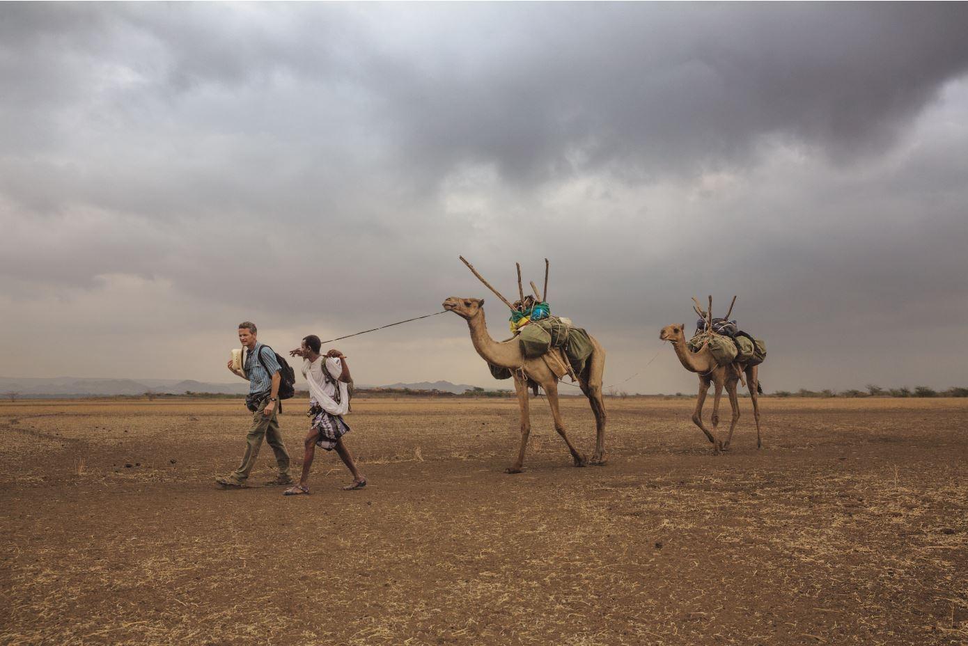 衣索比亞,2013年追隨先人的腳步保羅.薩洛培克(左)和他的嚮導阿米德. 艾勒瑪從赫托波里村展開了全球長征的第二天。體質特徵上最早的現代人就是從這裡拋下他們所熟悉的非洲地景,開始探索未知的世界。