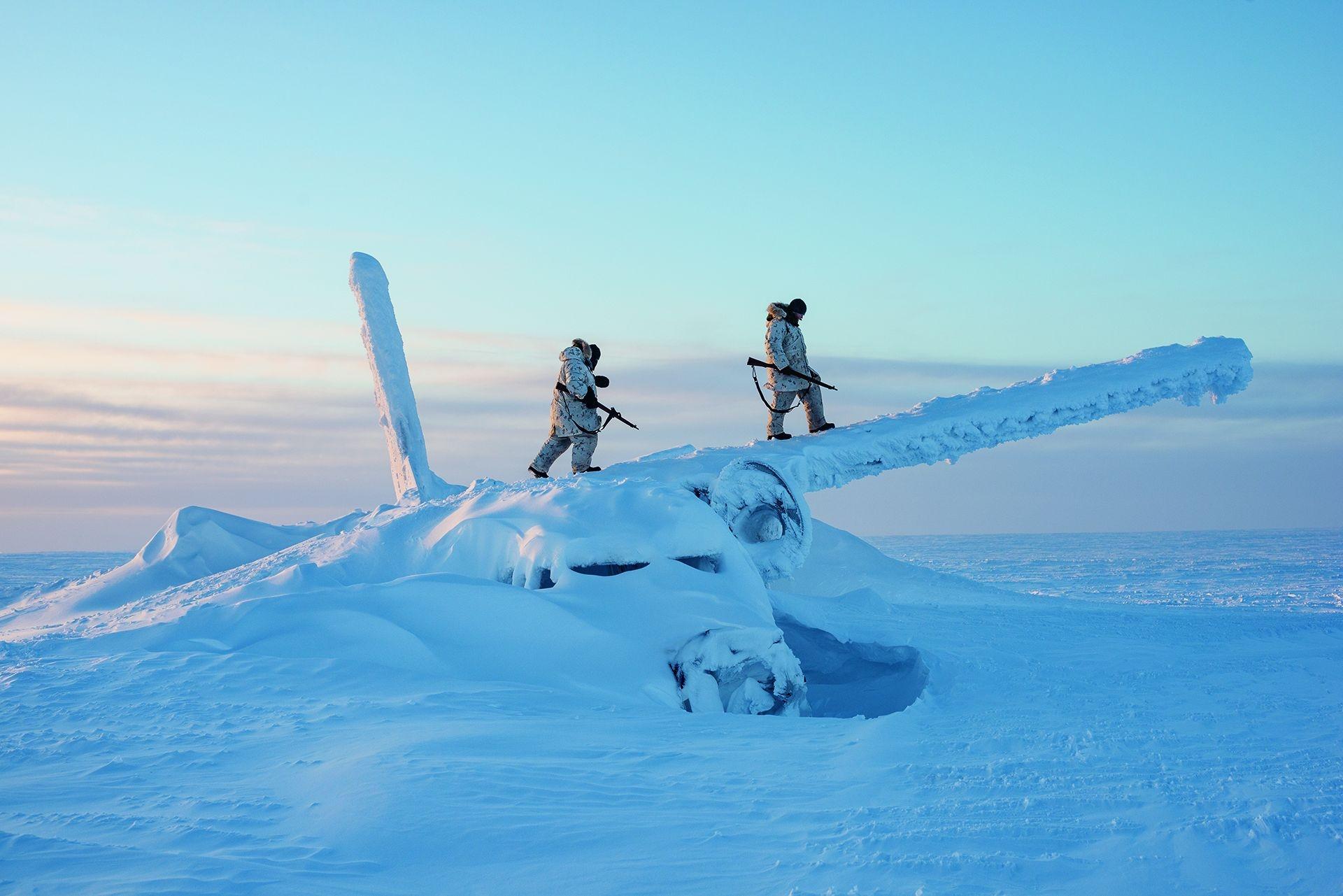 加拿大士兵爬上一架飛機的殘骸偵查這個區域,地點在北極點以南約1600公里的康瓦力島上,他們正在該島接受極地生存訓練。隨著北極地區暖化和環繞該地區未來的緊張情勢升高,加拿大和美國軍方已強化在該地區的軍事行動。攝影:路易.帕盧 LOUIE PALU