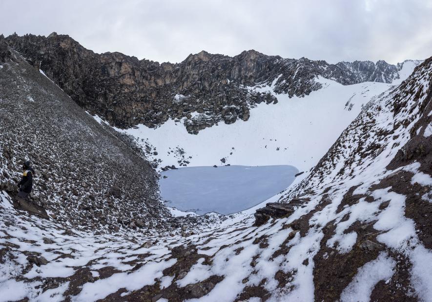 這張由多張照片合成的影像呈現出路普康湖和周圍的山脈。COMPOSITE IMAGE BY ATISH WAGHWASE