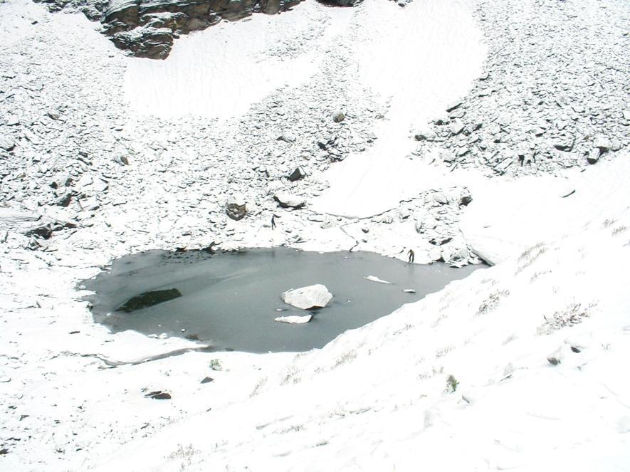 這座湖的直徑略長於30公尺且一年結凍11個月。 PHOTOGRAPH BY PRAMOD JOGLEKAR