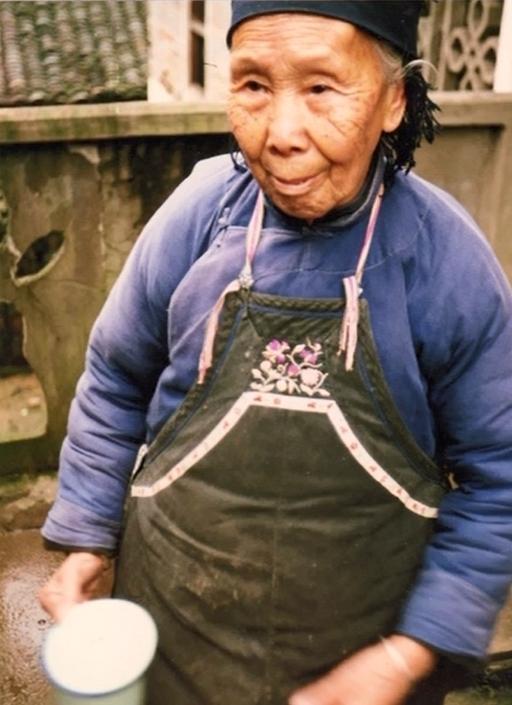 1982 年,女書被中國學者宮哲兵意外發現時已瀕臨滅絕,學者只找到兩位會寫女書的老太太:高銀仙(圖中人物)、義年華。圖片來源│ 取自紀錄片《女書回生》畫面
