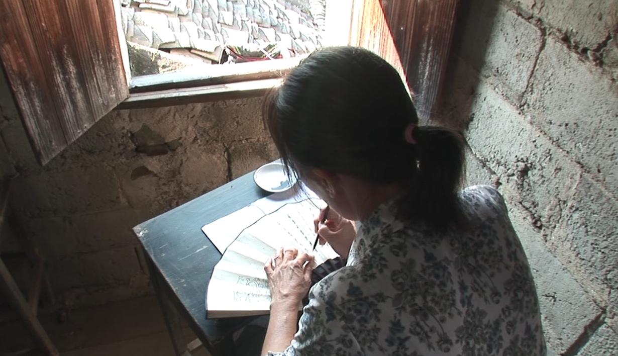 江永女子將女書寫在摺扇或手帕上,與閨密姊妹交換。圖片來源│取自紀錄片《女書回生》畫面