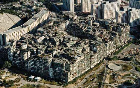這張攝於1989年的空拍照片,顯示構成九龍寨城的大約500棟建物。由於啟德機場的飛機降落航道就在附近,這些建物的高度不能超過14層樓。