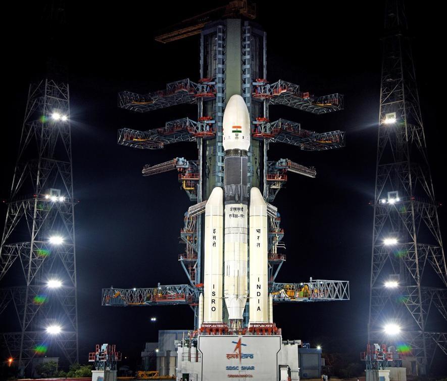 印度的月船2號任務(Chandrayaan-2),於7月時在裝載在GSLV MkIII-M1火箭頂上發射升空。9月6日,月船2號的維克拉姆號(Vikram)登陸器試圖在比任何其他登陸器抵達過的更南邊降落。PHOTOGRAPH BY ISRO