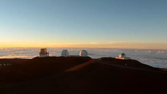 茂納開亞山頂的天文臺,從左至右分別為昴星團望遠鏡、凱克天文臺的和美國航太總署(NASA)的紅外望遠鏡設備| Wikimedia Commons ,Bob Linsdell