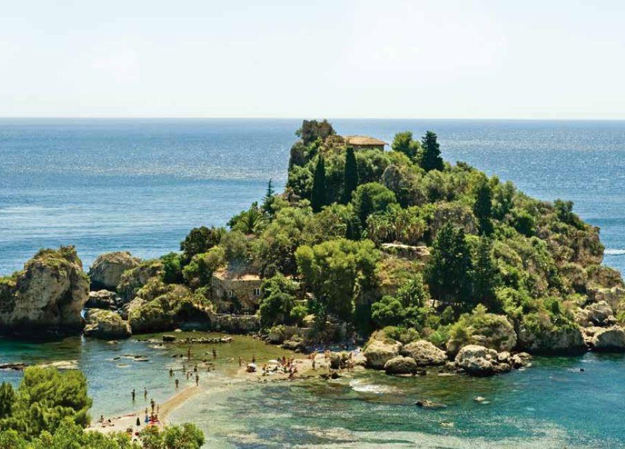 西西里有許多附屬的大小島嶼,美不勝收,鄰近陶爾米納(Taormina)的貝拉島是其中之一。