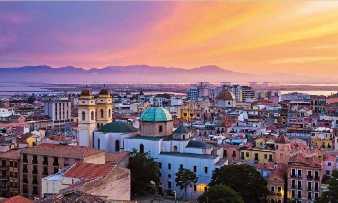 五顏六色的卡利亞里,沐浴在夕陽的金光之下。這是歐洲最古老的城市之一,於公元8世紀建立。