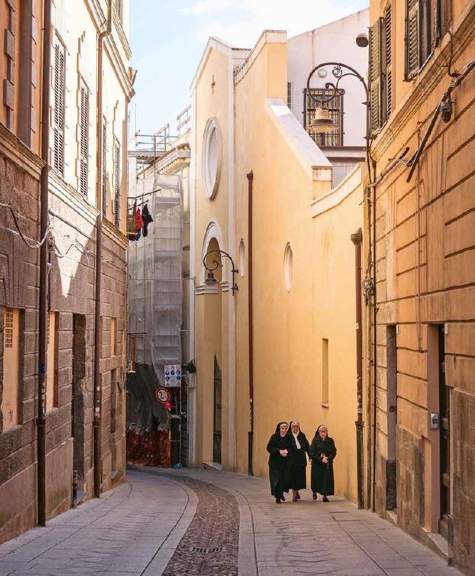 傍晚時分的卡利亞里老城區,幾名修女在修道院附近散步。