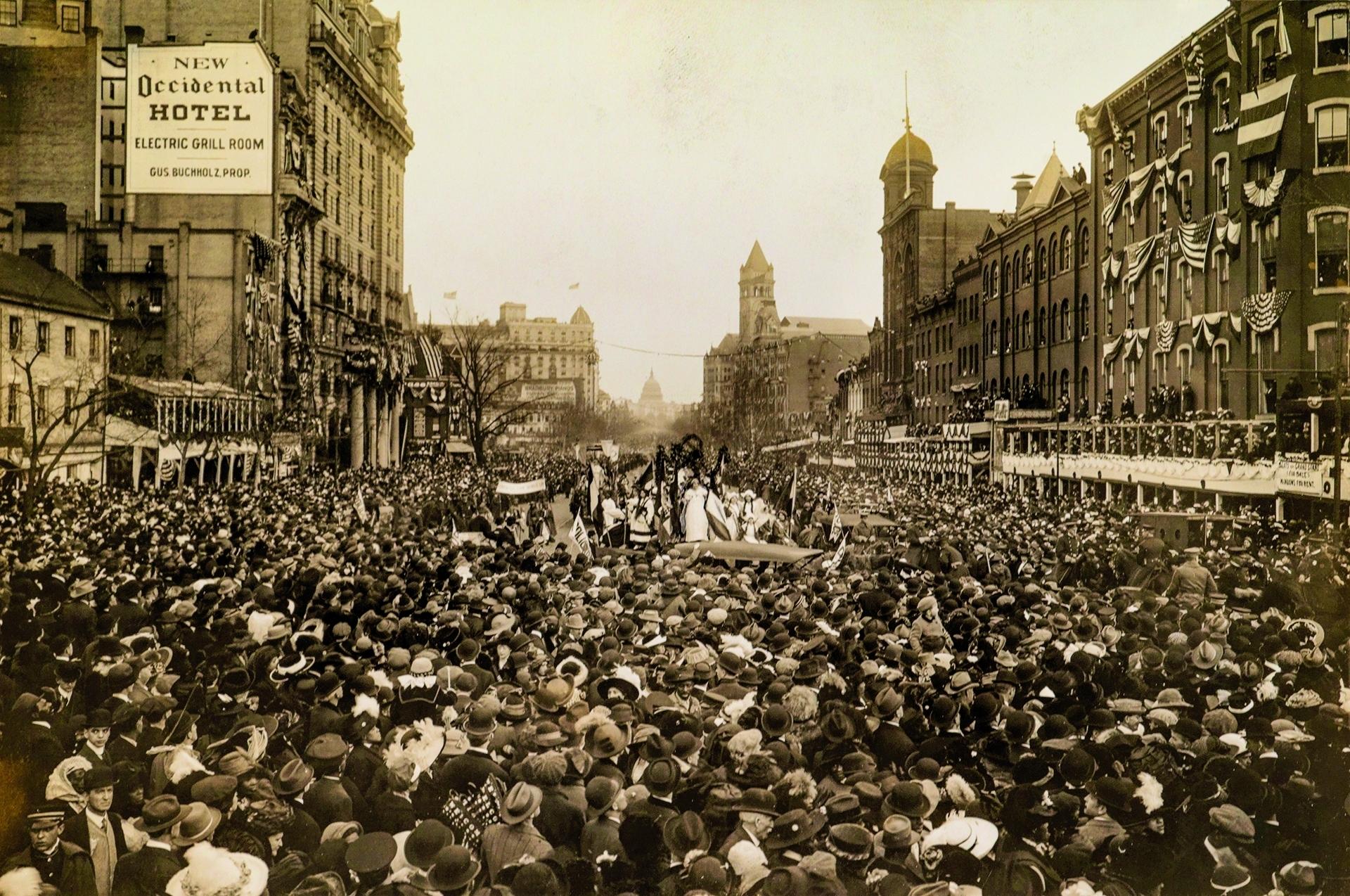 1913年,人們在美國華盛頓特區遊行以爭取女性的選舉權。PHOTO:CLINEDINST STUDIO