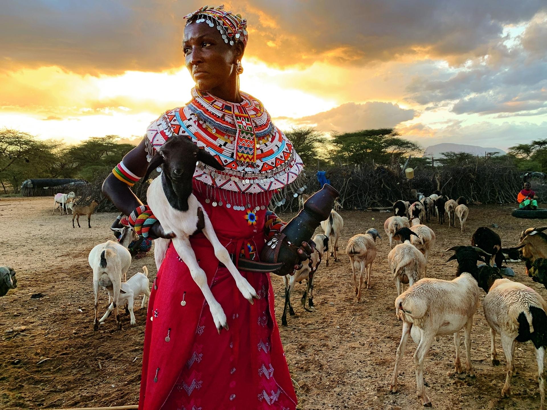 肯亞 動物追蹤者。23歲的白雲.洛貝桐是三個孩子的母親,她獨自放牧家中的山羊。她丈夫前往奈洛比找工作後,有人告訴她,她丈夫已在那裡身亡。她的另一項全職工作:幫「拯救大象」組織記錄動物的動向。為了這份月薪,她和另外八名女性會在沒有武裝的情況下,在大象、獅子和非洲水牛間穿越荒野。「我做這份工作是為了讓小孩不會餓著肚子上床。」她說。攝影: 琳恩. 強森 LYNN JOHNSON