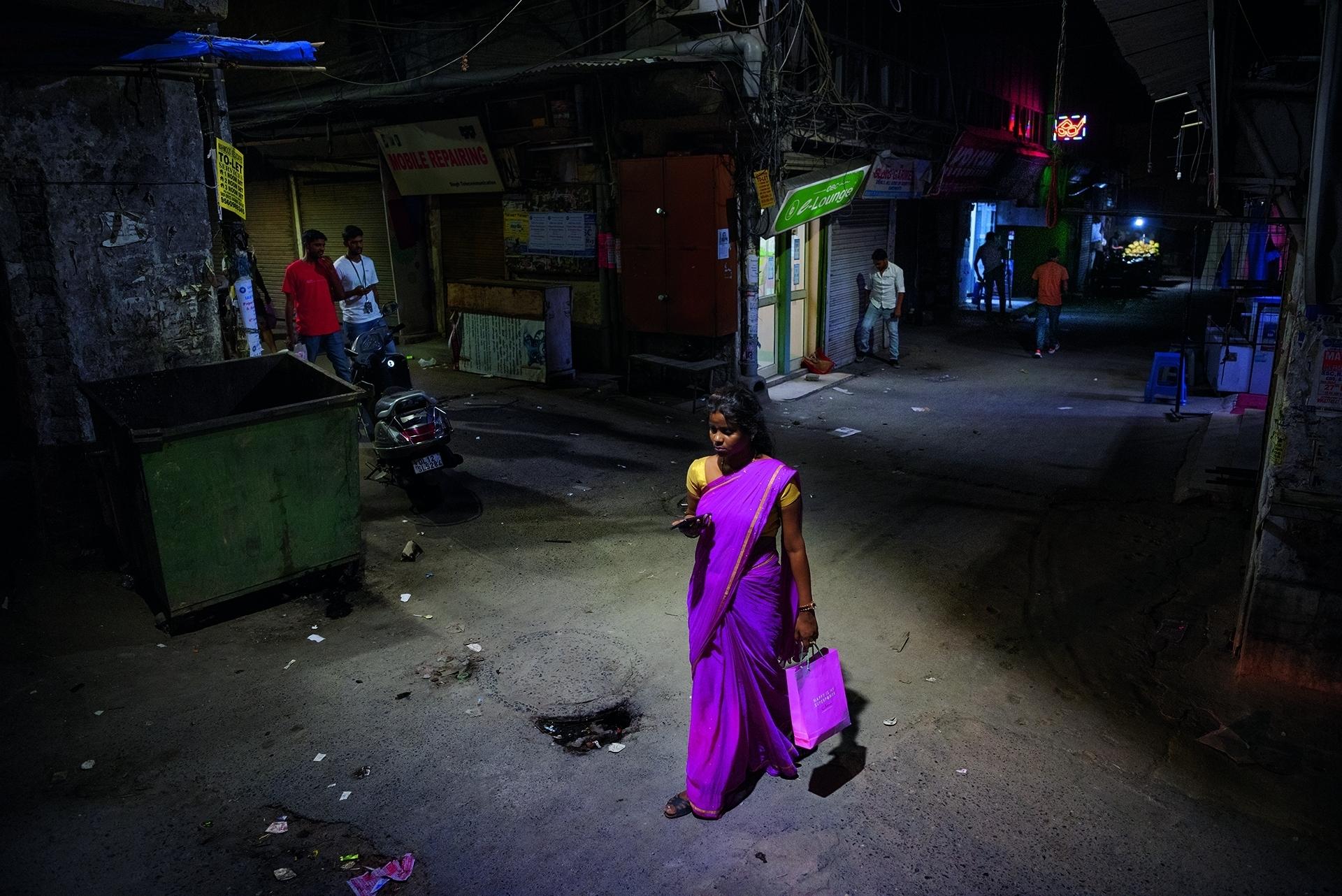 一名女子走過新德里的一條街道,附近就是2012年一名女性在公車上被輪暴的地方,這樁事件引發了全國性的抗議。聯邦政府的回應是迅速將被指控的攻擊者移送法庭審理,並撥出一筆資金供婦女安全方案使用。攝影: 索謬.甘德瓦 SAUMYA KHANDELWAL