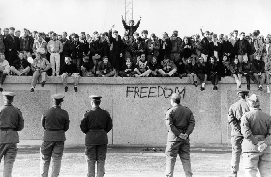 在柏林圍牆倒下的1989年11月,西德民眾在東德衛兵面前爬上了這道冷戰藩籬。PHOTOGRAPH BY HESSE, ULLSTEIN BILD/GETTY